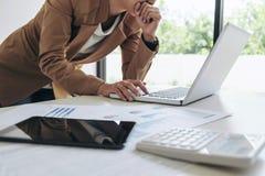 Chef élégant de femme d'affaires travaillant sur l'ordinateur portable dans un offic moderne Photos libres de droits