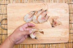 Chef épluchant Shell de crevette photos libres de droits
