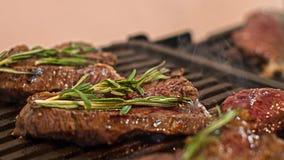 Chef& x27 дилетанта; курить s и сочные стейки говядины с розмариновым маслом Стоковые Фотографии RF