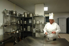 Chef affilant les couteaux Photo libre de droits