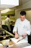 Chef-Andrea-Bezirk, der Abendessen vorbereitet Lizenzfreie Stockbilder