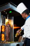 Chef arabe effectuant le kebab Images stock