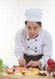 Chef asiatique préparant des nourritures Photo stock