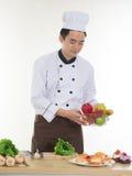 Chef asiatique préparant des nourritures Photographie stock