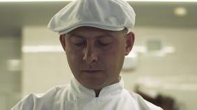 Chef auf der Küche wird am Kochen des Gerichtes konzentriert stock video footage