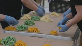 Chef auf prepearing Käseplatten der Verpflegungsküche stock footage