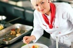 Chef beim Gaststätteküchekochen Stockfoto
