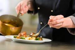 Chef beim Hotel- oder Restaurantküchenkochen Stockbild