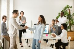 Chef- bevorderende werknemer, hurende intern die met handen gelukwensen stock afbeeldingen