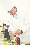 Chef Carving Beef à un concept de réception de mariage Image libre de droits