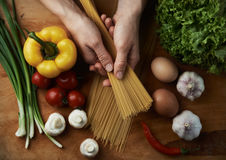Chef cooking spaghetti Royalty Free Stock Photos
