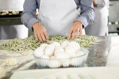 Chef-At Counter With-Spaghetti-Teigwaren und Ei-Schüssel Stockbilder
