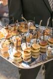 Chef coupant en tranches le jambon traité à un événement extérieur photographie stock