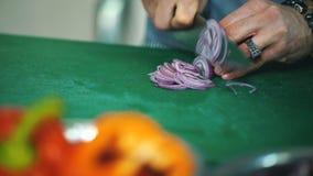 Chef coupant les légumes frais et délicieux pour la cuisson banque de vidéos