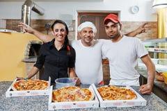 Chef, cuisinier de pizza et serveuse Images libres de droits