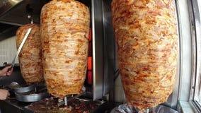 Chef Cutting Grilled Meat outre de brochette tournante banque de vidéos