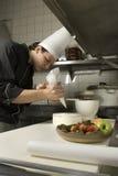 Chef décorant le gâteau Image stock