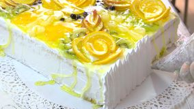 Chef décorant le gâteau avec de la crème blanche banque de vidéos