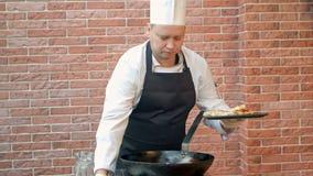 Chef décorant le plat avec les boulettes préparées clips vidéos