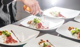 Chef décorant le plat d'apéritif Photo libre de droits