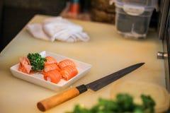 Chef délicieux saumoné de plat de restaurant japonais de sushi de viande de riz délicieux de nourriture pour poissons Photo libre de droits