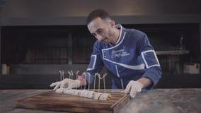 Chef démontrant juste le plat savoureux de finition dans la fin moderne de restaurant de dinde  L'homme dans l'uniforme de cuisin banque de vidéos