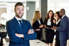 Chef d'homme d'affaires dans le bureau moderne avec travailler d'hommes d'affaires Photographie stock libre de droits
