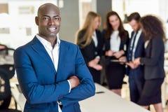 Chef d'homme d'affaires dans le bureau moderne avec travailler d'hommes d'affaires Photo stock
