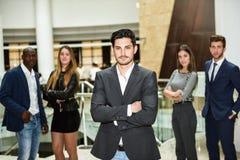 Chef d'homme d'affaires avec des bras croisés dans l'environnement de travail Photographie stock