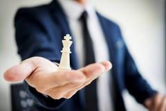 chef d'homme d'affaires des affaires réussies tenant les échecs i Images stock