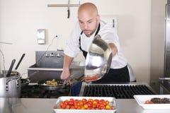 Chef dans la cuisson de cuisine photos stock
