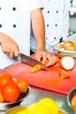 Chef dans la cuisson de cuisine de restaurant photographie stock