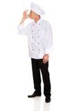 Chef dans le chapeau blanc avec le geste d'approbation Photos libres de droits