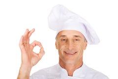 Chef dans le chapeau blanc avec le signe parfait Photo libre de droits