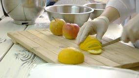 Chef dans les gants coupant des fruits clips vidéos