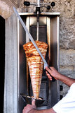 Chef découpant le chiche-kebab en tranches Photos stock