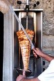 Chef découpant le chiche-kebab en tranches Photos stock