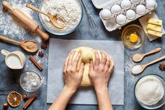 Chef de Baker préparant les ingridients faits maison de recette de pain, de pizza ou de tarte de la pâte, configuration d'apparte image stock