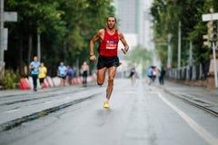 Chef de coureur de rue courante de marathon sous la pluie Image libre de droits