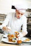 Chef de cuisinier avec la nourriture dans la cuisine photos stock