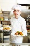 Chef de cuisinier avec la nourriture dans la cuisine photo stock