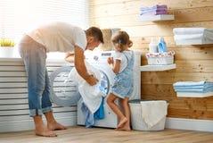 Chef de famille et enfant heureux de père de père de famille dans la blanchisserie avec image stock