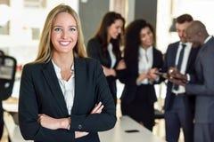 Chef de femme d'affaires dans le bureau moderne avec le workin d'hommes d'affaires Photographie stock