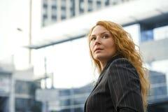 Chef de femme d'affaires en dehors de l'immeuble de bureaux Photographie stock libre de droits