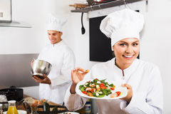 Chef de femme servant la salade fraîche Photo libre de droits
