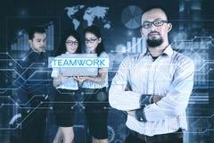 Chef de file des affaires avec son équipe et écran virtuel Images libres de droits