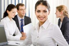 Chef de file des affaires féminin élégant Image stock