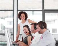Chef de file des affaires féminin avec son équipe Image stock