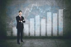 Chef de file des affaires sûr avec le graphique de finances Photo stock