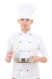 Chef de jeune homme dans la poêle se tenante uniforme d'isolement sur le blanc Photo stock